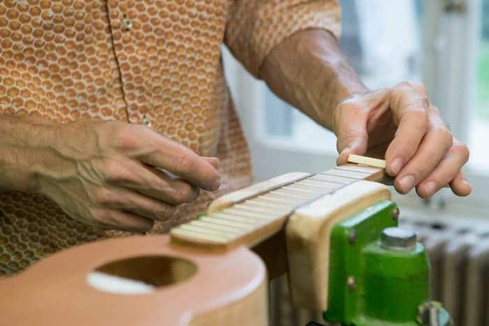 Main, guitare, Rico Priet, Imago guitare Collectif du Château de Verchaüs, Viviers, Ardèche, résidence, atelier