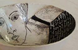 Justyna, céramiste, assiette, femme, écriture, Collectif du Château de Verchaüs, Viviers, Ardèche, résidence, atelier