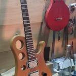 AYA : guitare électrique diapason Gibson court, bois locaux (acacia, noyer, érable, palissandre) - 2490 €